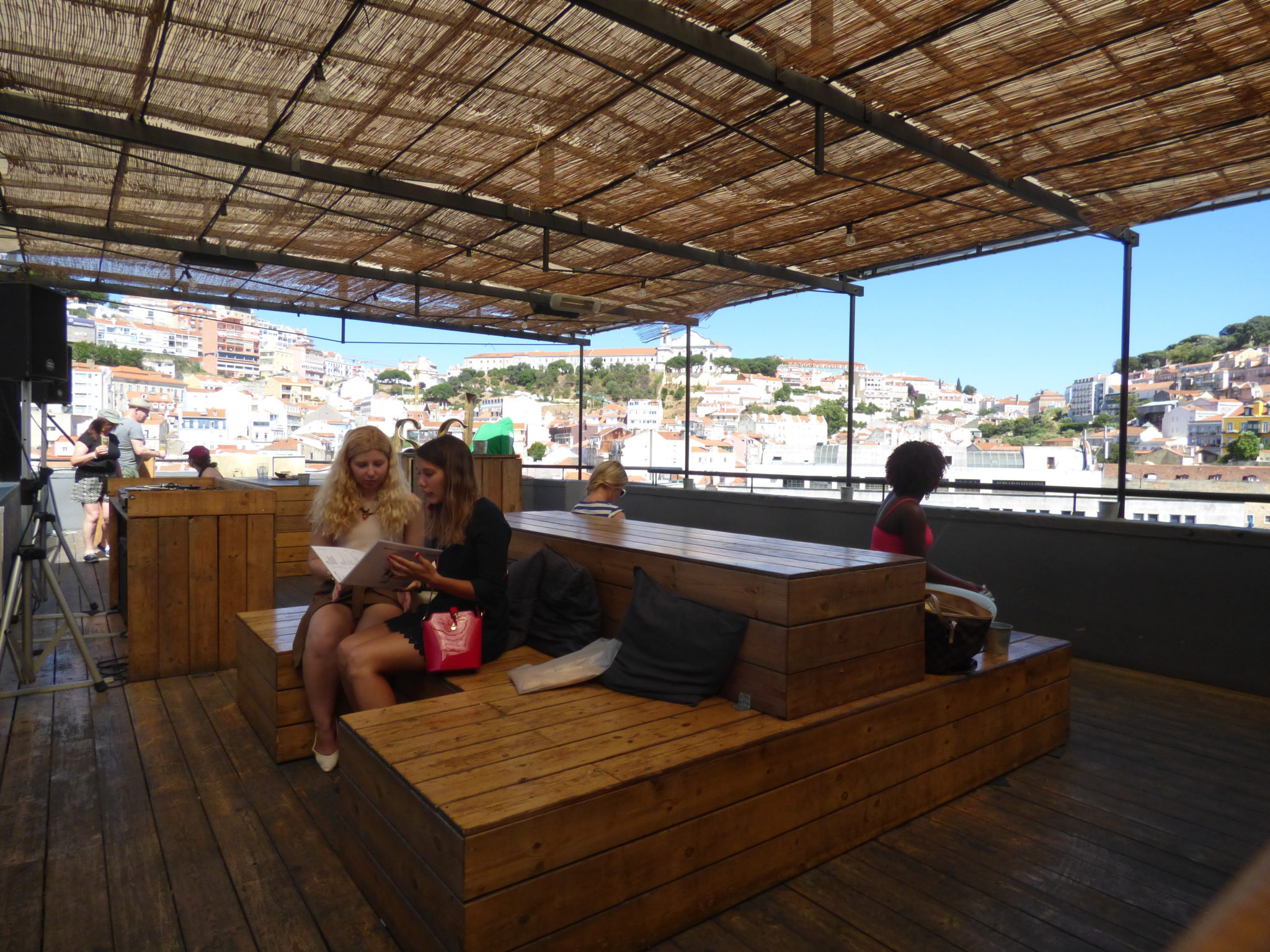 rooftop topo bar view point river drink chill lisbon party friends beer
